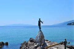 Opatija/Kroatië - Juni 28 2011: Beeldhouwwerkmeisje met de zeemeeuw door Zvonko Car stock fotografie