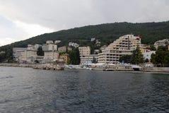 Opatija riviera con las playas, los hoteles y los chalets Fotografía de archivo