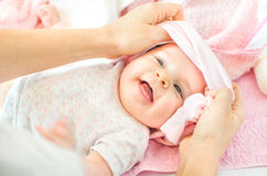 Opatrunkowa nowonarodzona dziecko menchii kobieta Zdjęcia Royalty Free