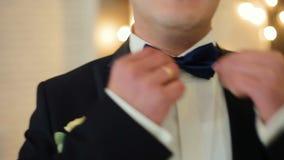 Opatrunkowy mężczyzna prostuje krawat płytką głębię pole zdjęcie wideo