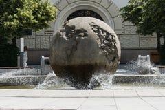 OPAVA, globo de REPÚBLICA CHECA, símbolo do planeta, stezka de Planetarni do opava, monumento fotografia de stock