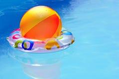 Opblaasbaar speelgoed in water. Stock Afbeelding