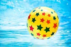 Opblaasbare bal die in zwembad drijven royalty-vrije stock afbeeldingen