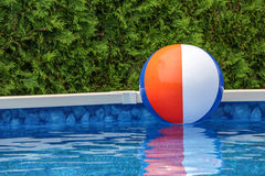 Opblaasbare bal op water in zwembad Stock Afbeelding