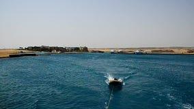 Opblaasbare boot bij het overzees in langzame motie stock footage