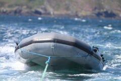 Opblaasbare boot die worden gesleept Stock Fotografie