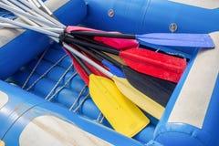 Opblaasbare boot en peddels royalty-vrije stock afbeeldingen
