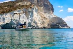 Opblaasbare boot met mensen, Melos, Griekenland Stock Foto