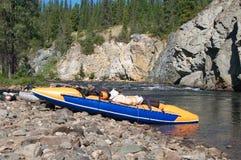 Opblaasbare catamarans op de bank van een bergrivier Stock Afbeeldingen