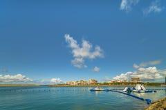 Opblaasbare dia voor watersporten, straalski en motorroeien in de vissershaven van Hamakawa in de buurt van het Amerikaanse Dorp stock foto's