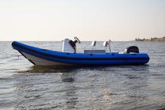 Opblaasbare die boot in water wordt vastgelegd stock foto
