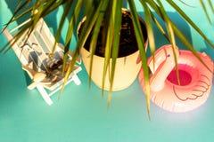 Opblaasbare Flamingo en deckchair op een blauwe achtergrond, de partij van de poolvlotter, royalty-vrije stock foto