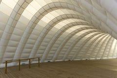 Opblaasbare gebogen tunnel met houten vloer in Toronto Harbourfro stock foto's