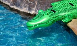 Opblaasbare krokodil stock afbeeldingen