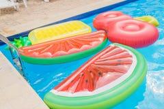 Opblaasbare matrassen in de pool in de vorm van watermeloen, ananas en kers royalty-vrije stock foto's