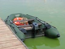 Opblaasbare motorboot dichtbij de pijler Stock Afbeelding