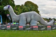 Opblaasbare Nessie, bij de afwerkingslijn van Loch Ness Marathon Stock Afbeelding