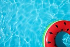 Opblaasbare ring die in zwembad op zonnige dag drijven stock foto's
