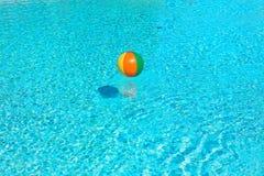 Opblaasbare stuk speelgoed bal in water royalty-vrije stock foto's