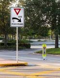 Opbrengst aan voetgangers stock fotografie