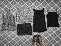 Opción de la ropa elegante en el piso Fotos de archivo libres de regalías