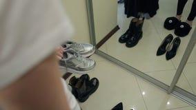 Opción del calzado: botas de combate, zapatillas de deporte de plata, zapatos del tacón alto almacen de video