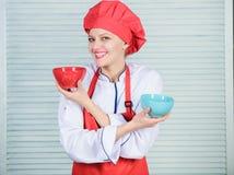 Opción del vajilla cocina culinaria r Cocinero profesional Cooking en cocina muchacha en delantal y imágenes de archivo libres de regalías