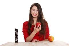 Opción dura. La muchacha no sabe qué comer Foto de archivo libre de regalías