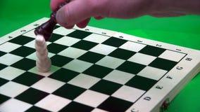 Opción en la cual la reina negra gana al rey blanco en el juego de ajedrez almacen de video