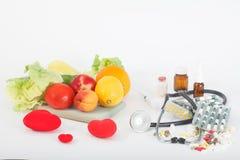 Opción entre la consumición sana o píldoras y suplementos Fotos de archivo libres de regalías
