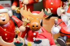 Opción muy grande de juguetes de madera en la tienda de la Navidad imágenes de archivo libres de regalías