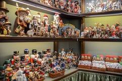 Opción muy grande de juguetes de madera en la tienda de la Navidad en el centro de foto de archivo