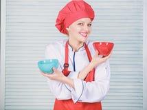Opci?n del vajilla cocina culinaria r Cocinero profesional Cooking en cocina muchacha en delantal y fotos de archivo