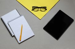 opci?n y ventajas entre los cuadernos, libros, tel?fonos, imágenes de archivo libres de regalías