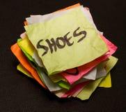 Opciones de la vida - gastar dinero en los zapatos Imagenes de archivo