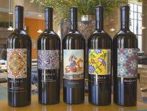 Opciones del vino en la sala de degustaciones en el lagar de Darioush en Napa Valley Fotos de archivo