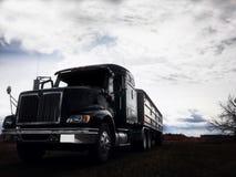 Opdoemend korrelvrachtwagen en aanhangwagen royalty-vrije stock fotografie