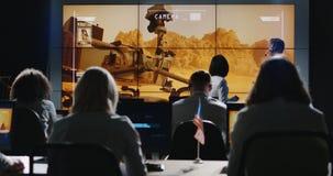 Opdrachtleider die briefing in controlekamer geven royalty-vrije stock afbeeldingen