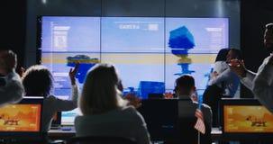 Opdrachtleider die briefing in controlekamer geven royalty-vrije stock foto