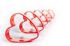 Opeenvolging van vijf isoleerde de rode hart 3D vormen wit Stock Foto's