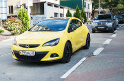 Opel Astra in de straat wordt geparkeerd die Stock Foto
