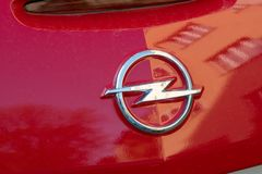 Opel emblem på en röd bil arkivfoton