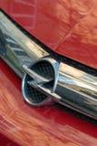 Opel emblem på en röd bil arkivbilder