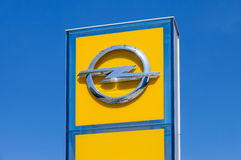 Opel-het handel drijventeken tegen blauwe hemel Stock Foto's