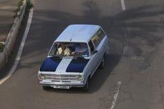 Opel Kadett blått som kör på gatasikt från överkant arkivfoto