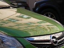 Opel symbol på en grön bil arkivbild