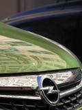 Opel symbol på en grön bil arkivfoton