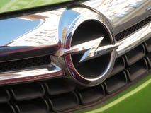 Opel symbol på en grön bil royaltyfri fotografi