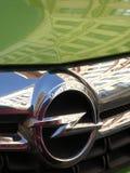 Opel symbol på en grön bil arkivfoto