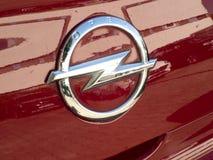 Opel symbol på en röd bil royaltyfria foton